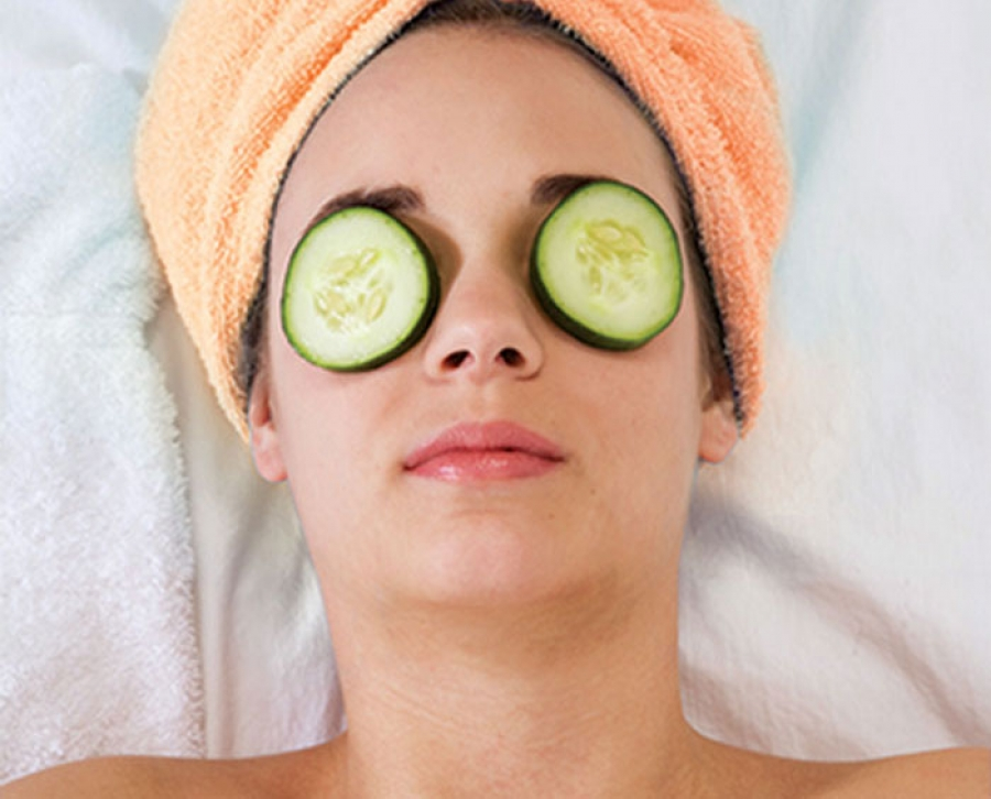 use of cucumber on eye to remove dark circles